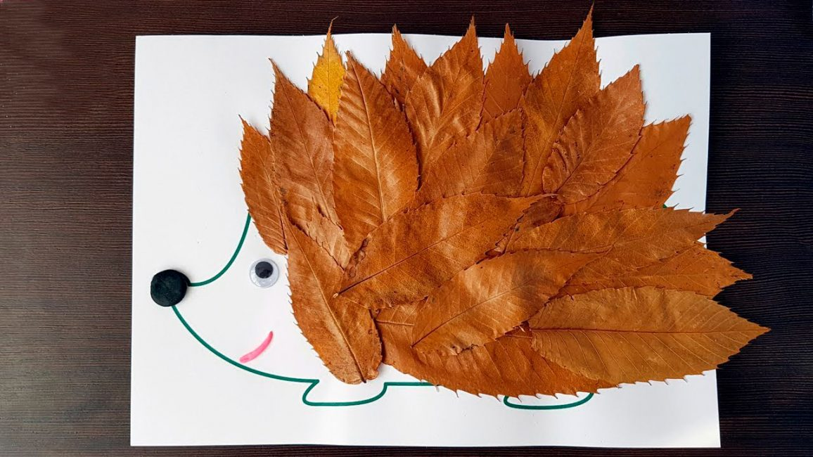 Вместо игл, наклеиваются листья острыми концами вверх