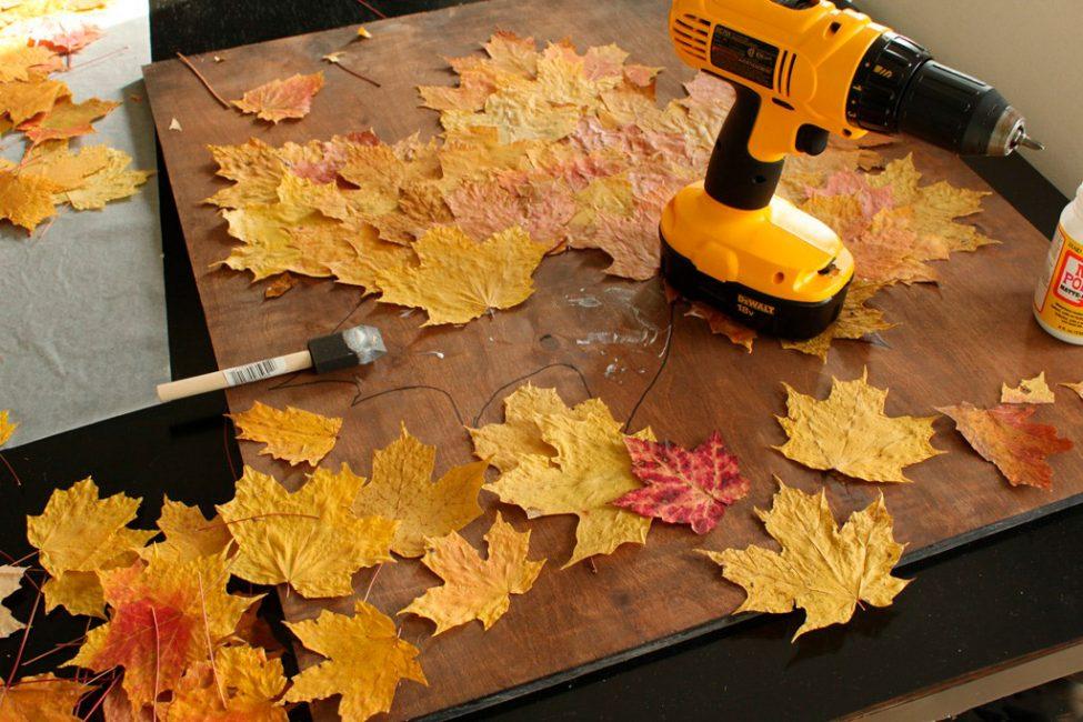 Приклеивайте листья по всей его площади нарисованного листка