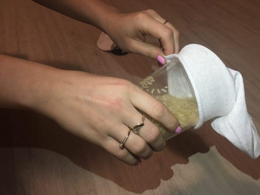 Наполняем носок рисом