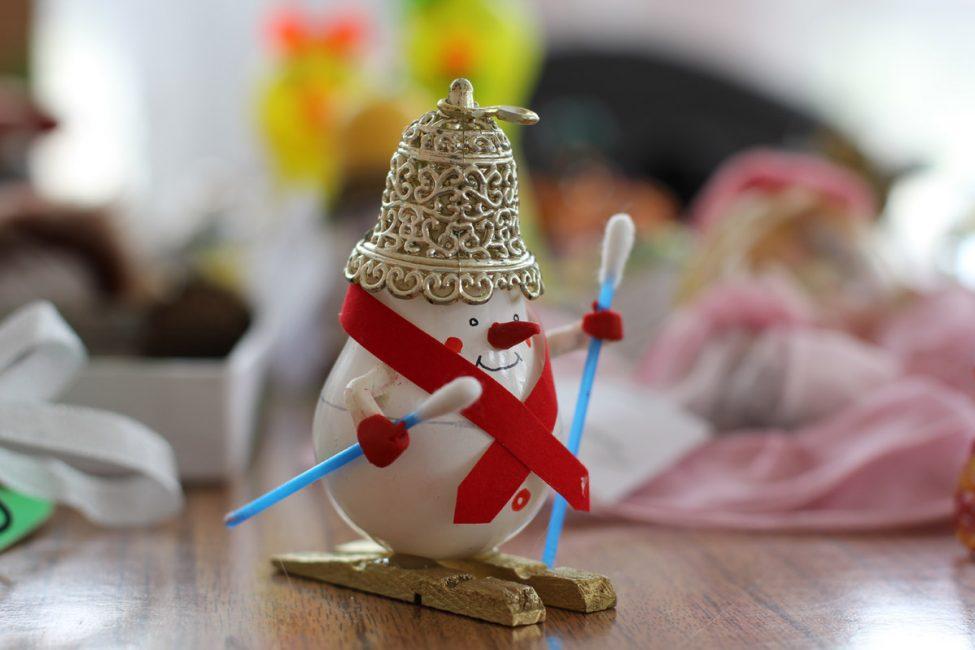 Снеговичок из обычной лампочки