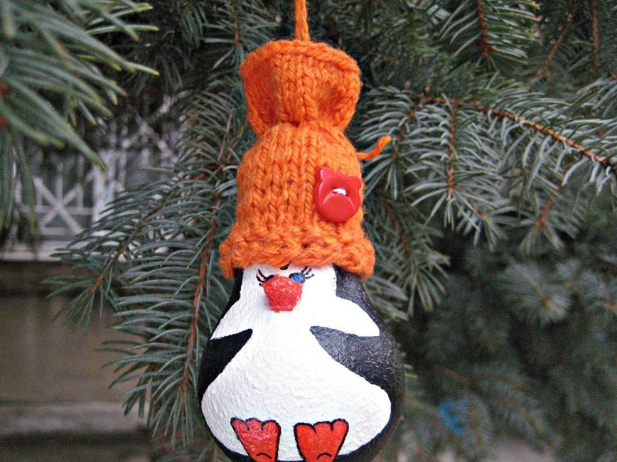 Чудесный пингвин из лампочки на елку
