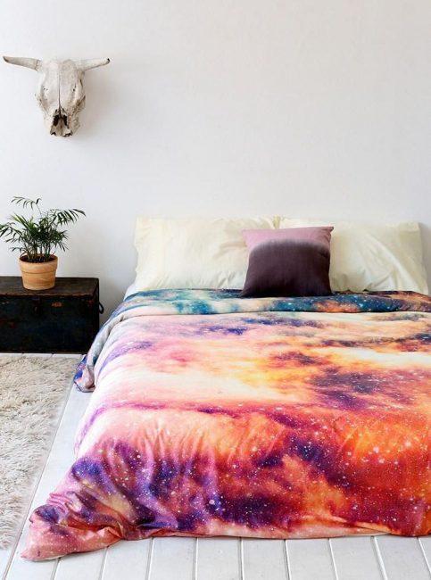 Контрастное покрывало в интерьере спальни