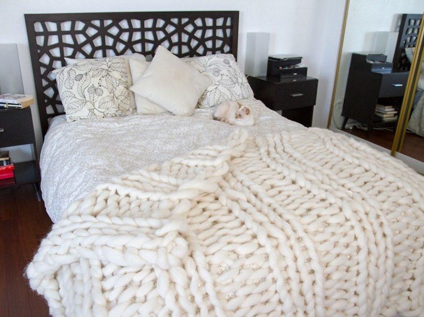 Дополните интерьер спальни стильным пледом