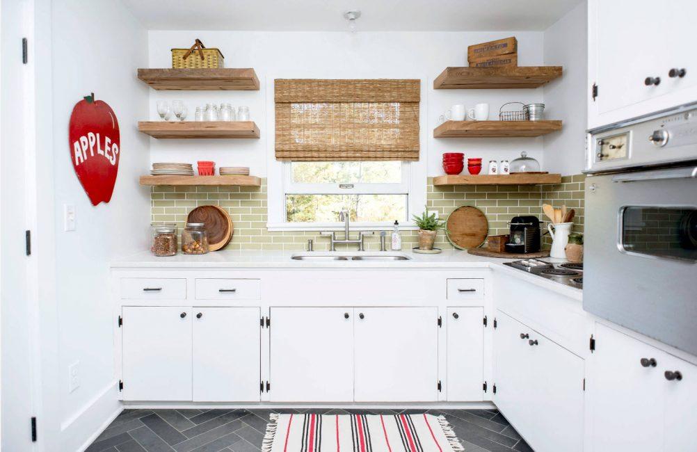 Открытые полочки на кухне