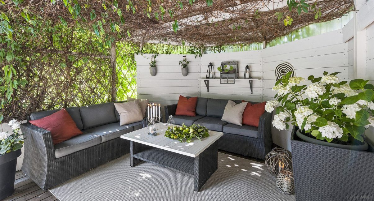 Отдых в тени плетеных растений