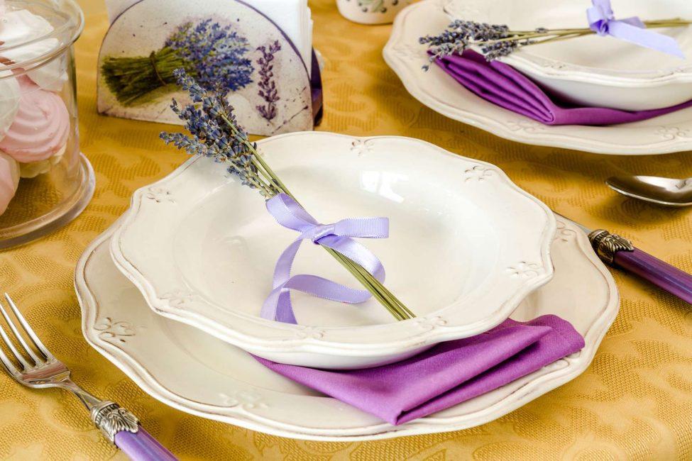 Первая тарелка выполняет роль подставки