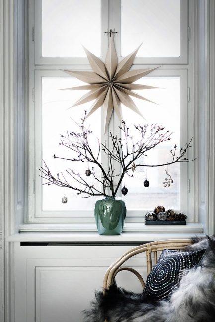 Элегантно будет смотрится окно украшенное в стиле минимализм