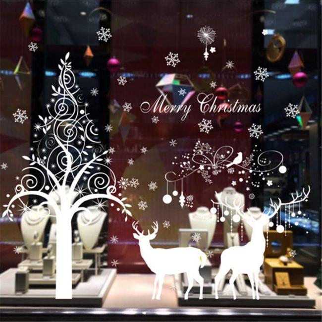 Крупные новогодние игрушки занимают центральную часть окна