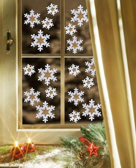 Украшения на окнах лучше всего разместить посередине стекол