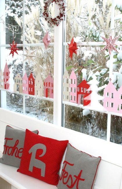 Украшение окна в красно-белых тонах