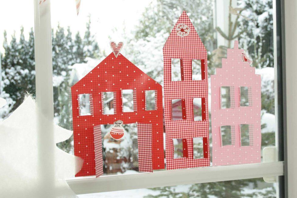 Картонные домики можно изготовить из разноцветного картона вместе с вашим ребенком