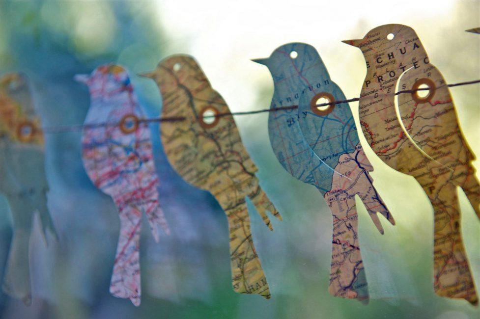 Гирлянды-птички сделанные из карт, для тех кто хочет много путешествий в новом году