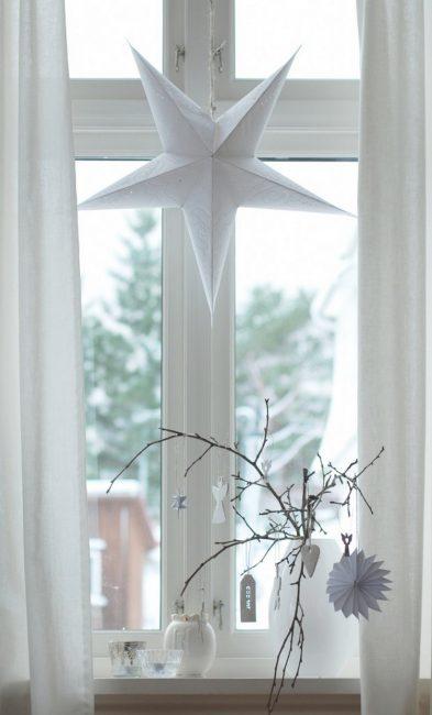Небольшое окно можно украсить одним крупным элементом