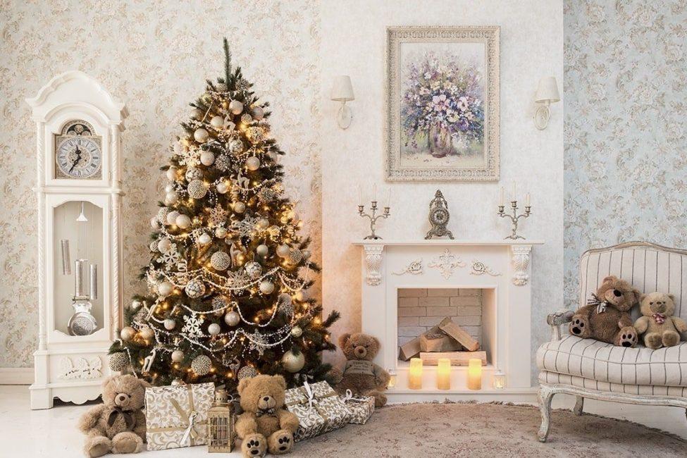 Большие и маленькие игрушки в декоре елки