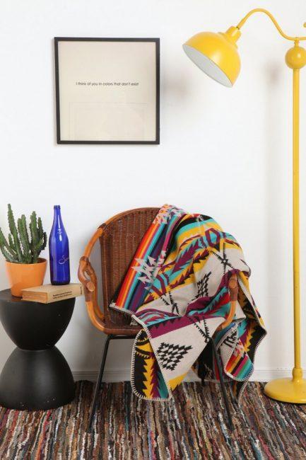 Уютное кресло и плед для спокойного отдыха