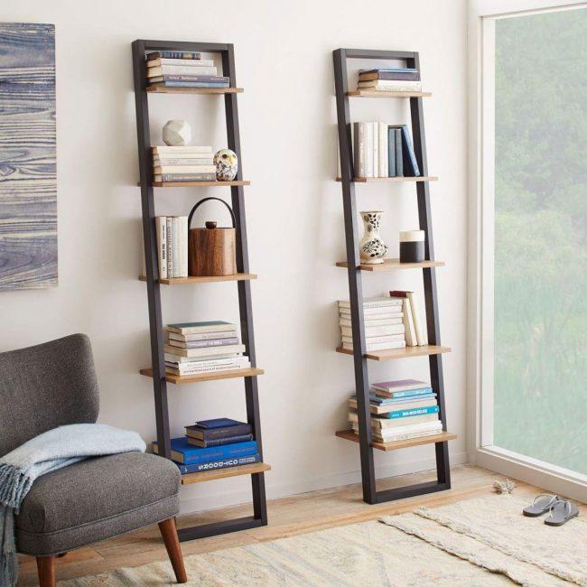 Навесной стеллаж в виде лестницы как функциональный элемент декора