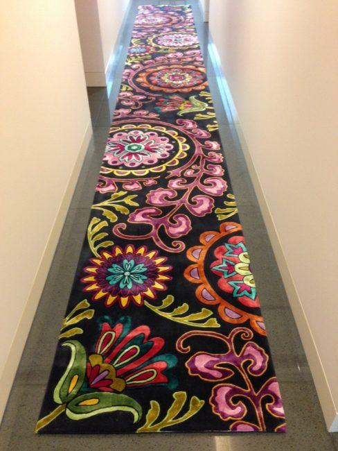 Длинный, яркий половичок в коридоре