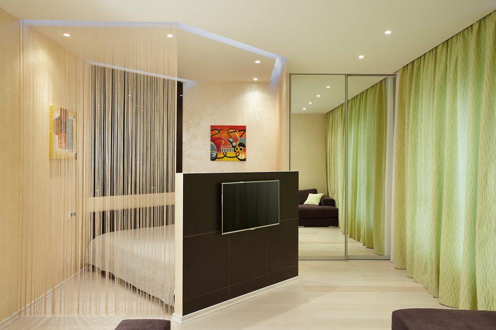 Шторы под потолок визуально увеличивают высоту потолков