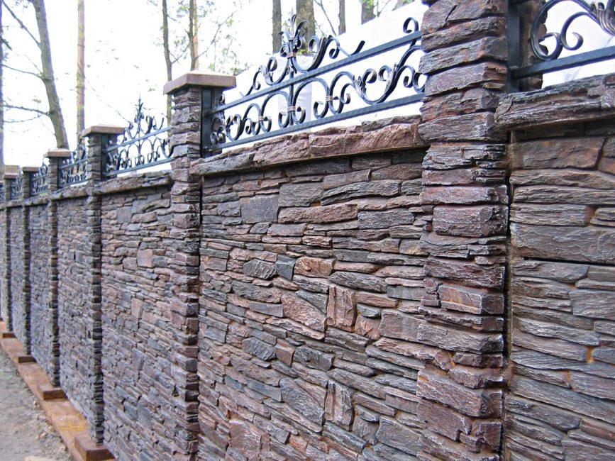 Роскошный забор из камня