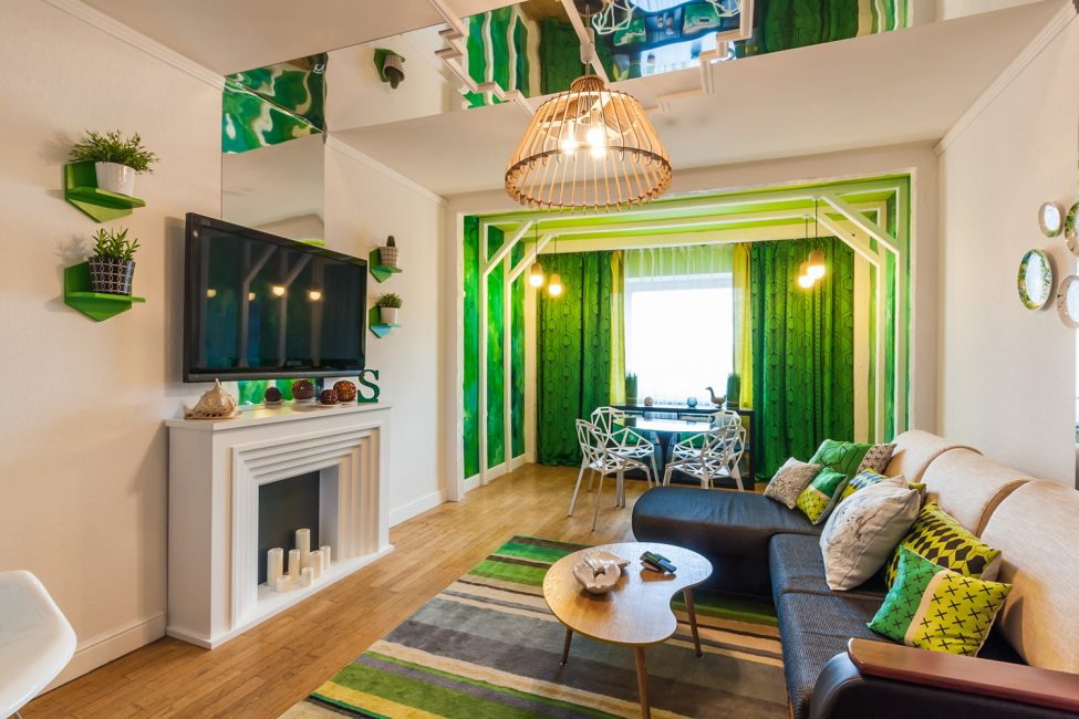 Компаньонами для бежевых стен выступают зеленые и золотые мотивы