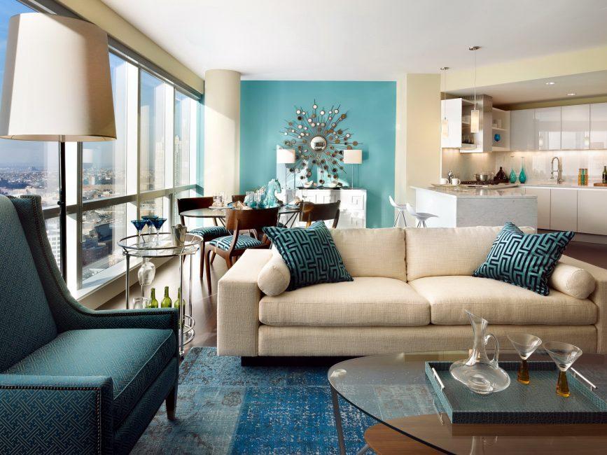 Светло-бежевая мебель выглядит сбалансированной с изящными голубыми стенами