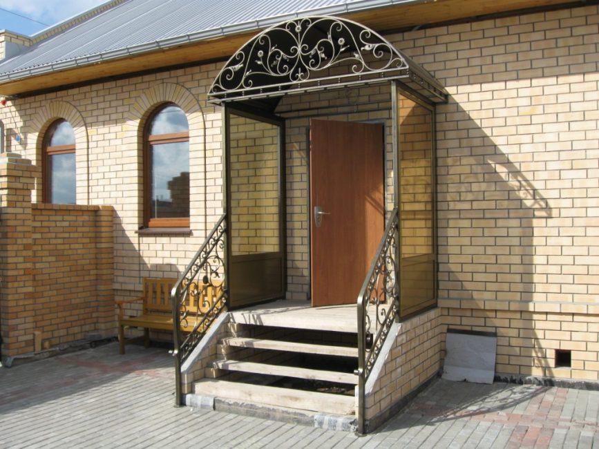 Козырек - это архитектурно-фасадная конструкция
