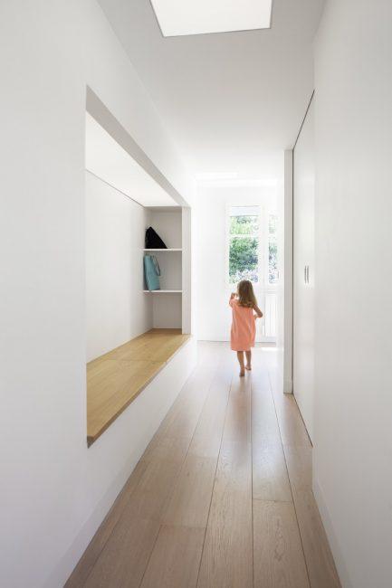 Узкий коридор, отделанный полностью в белом цвете