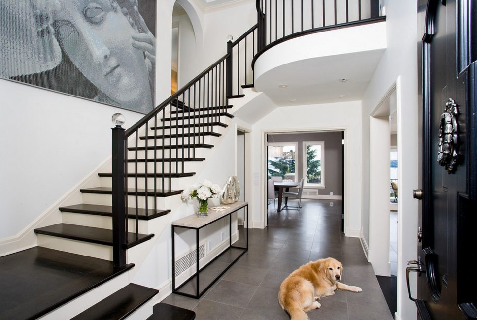Богемный вариант с лестницей, отделенной от остальной части дома