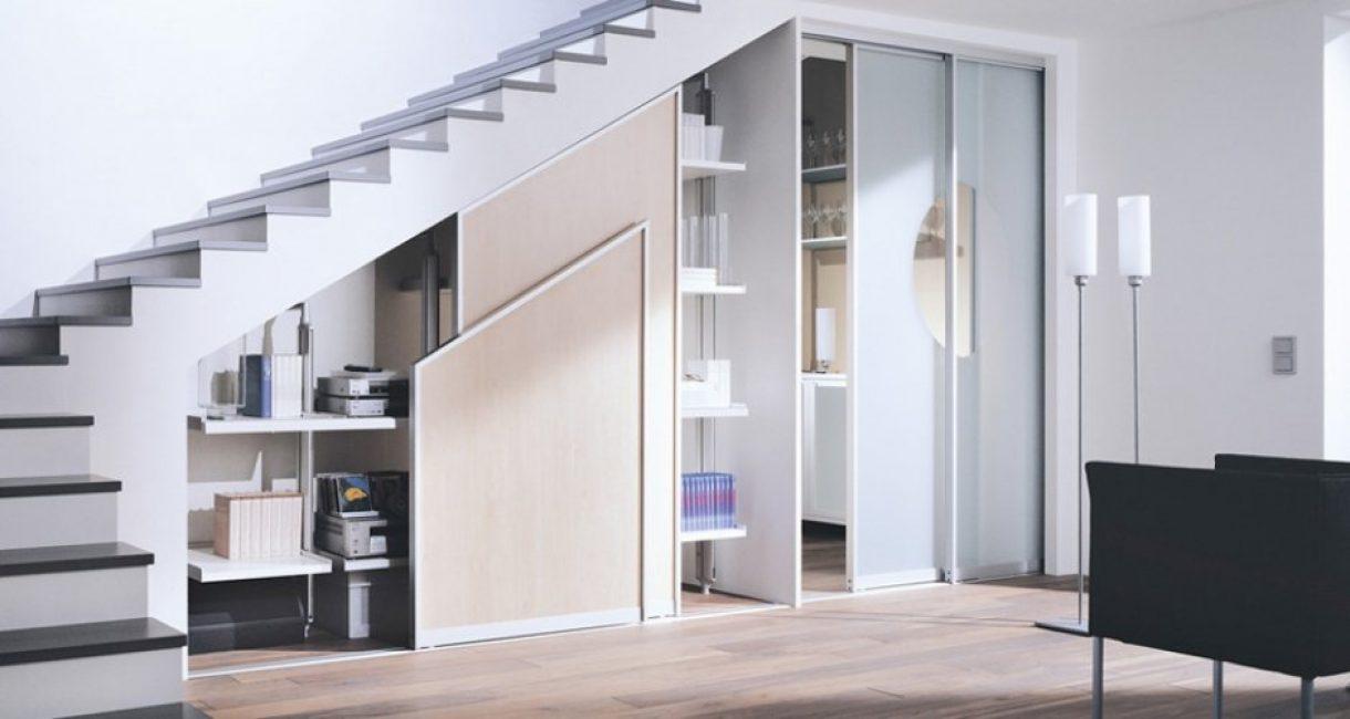 Минималистичный стиль с удобными шкафами под лестницей