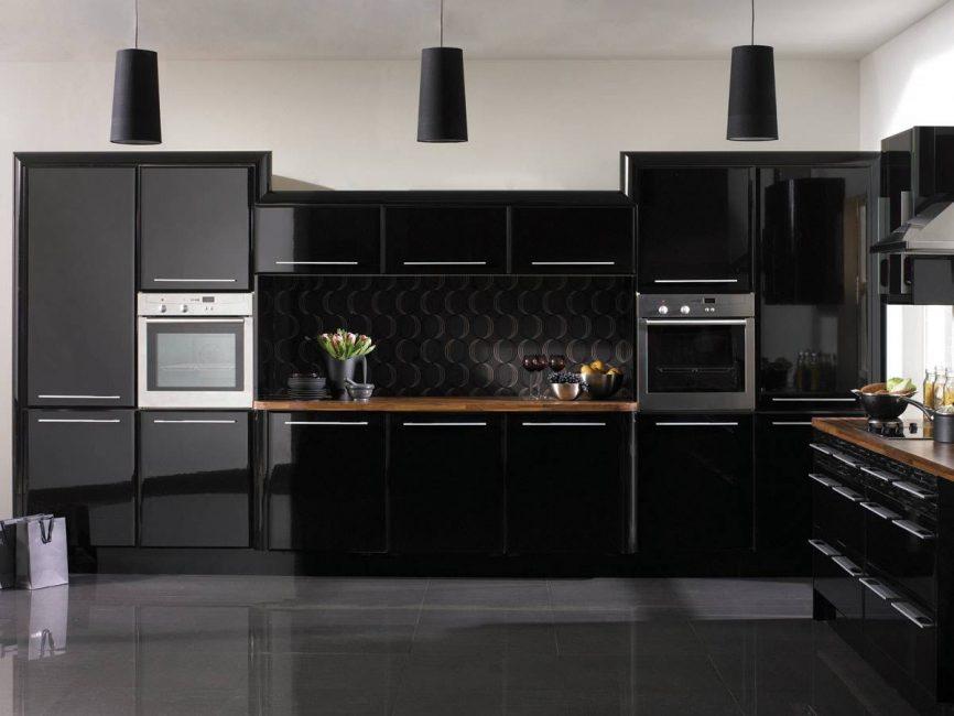 Почти все предметы кухни смотрятся блистательно в черном
