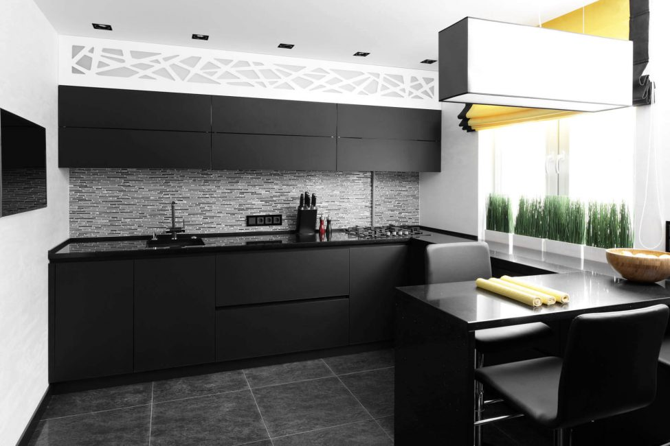 Самым удобным дополнением черного для кухонь дизайнеры называют черно-белую схему