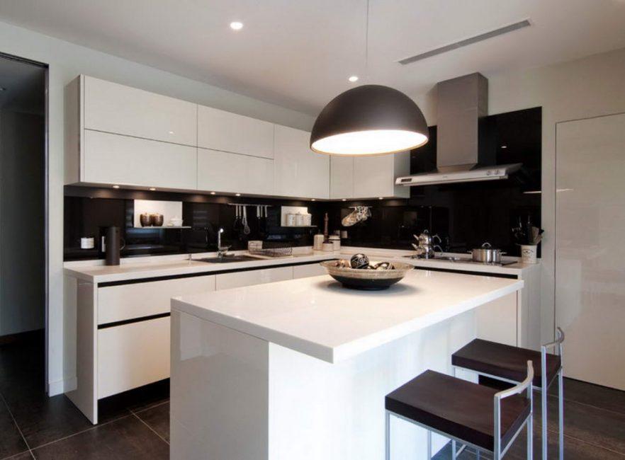 Черно-белая схема на кухне