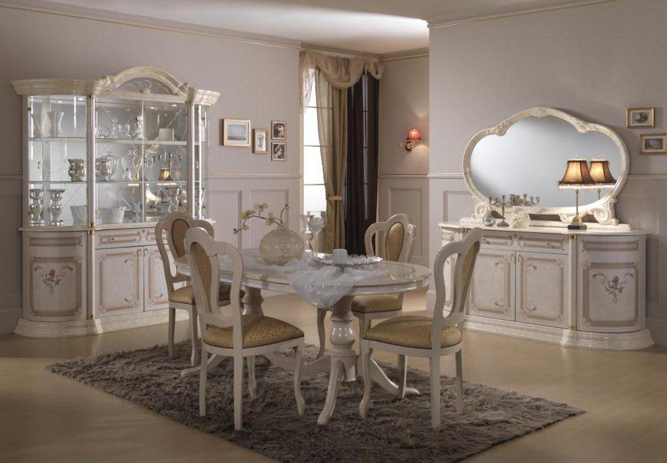 Мягкие стулья, обитые тканью в общей стилистике комнаты