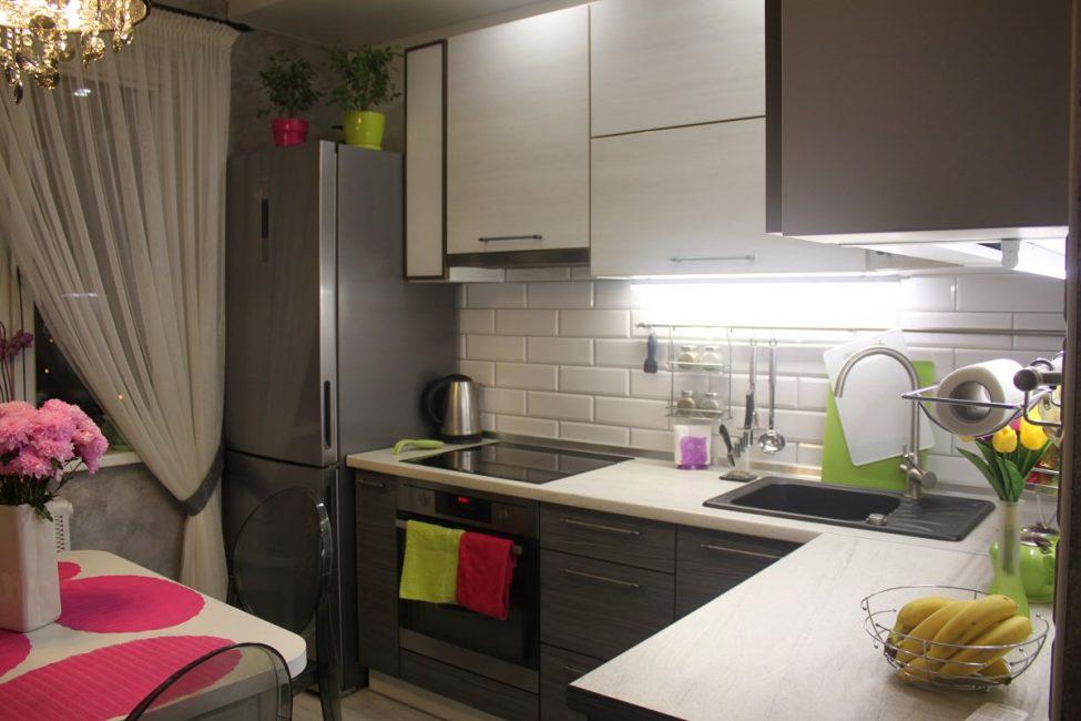 Старайтесь не захламлять рабочие столы на маленькой кухне, все место должно использоваться рационально