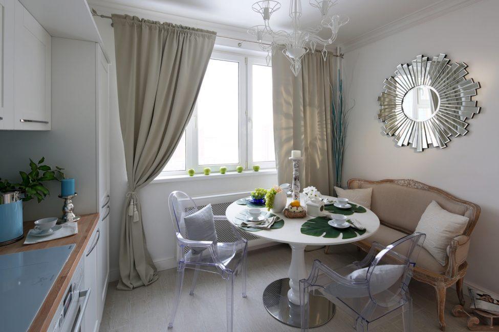 Диван добавит удобство, ведь он гораздо комфортабельнее стульев и кухонных табуретов