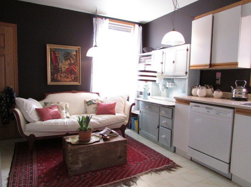 Для небольшой кухни рекомендуется выбирать светлую мебель