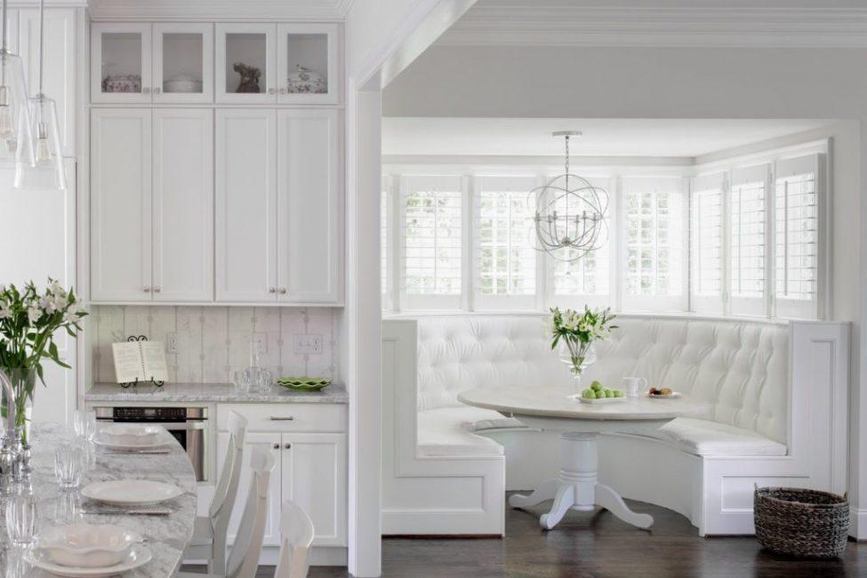 Оригинальная полукруглая форма дивана может быть выбрана для кухонных комнат средних и больших размеров