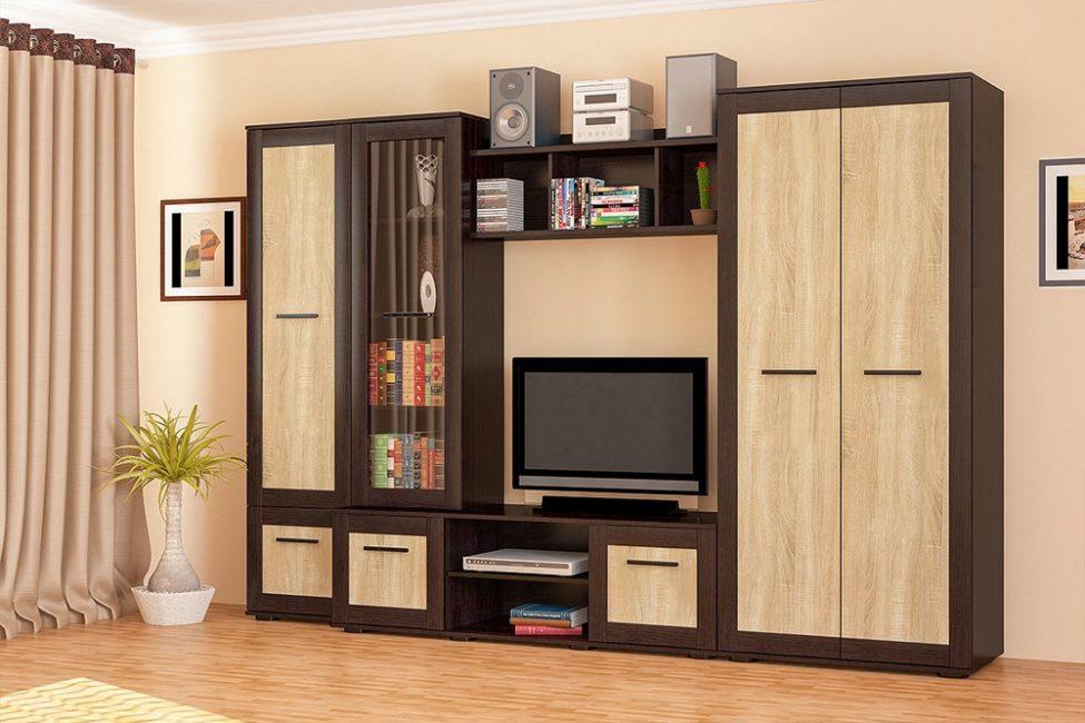 Самый классический шкаф, стоящий по центру композиции