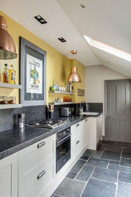 Серый нередко применяют в оформлении кухни и прихожей
