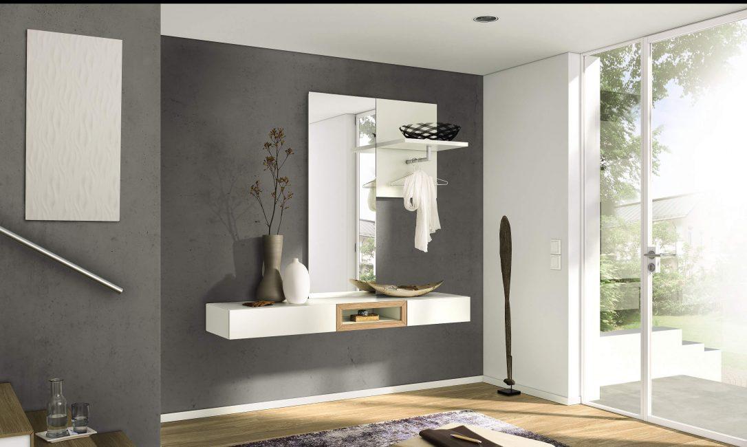 Стильная прихожая с минимальным количеством мебели