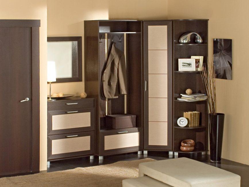 Угловая установка мебели наилучшим образом впишется в малогабаритную квартиру