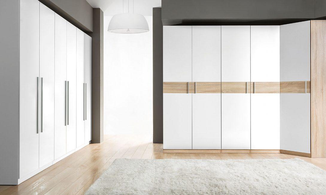 Угловой шкаф с распашными дверями - это выбор на любителя