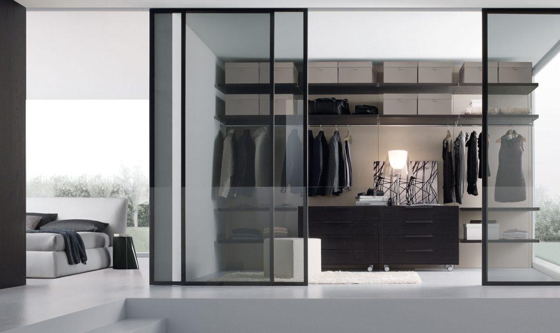 Подобные двери помогают следить за порядком в гардеробе