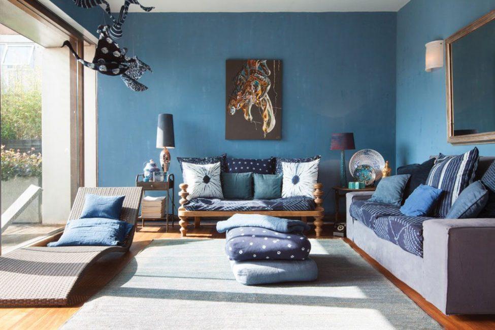 Для торжественности гостиной часто используются темно-синие оттенки
