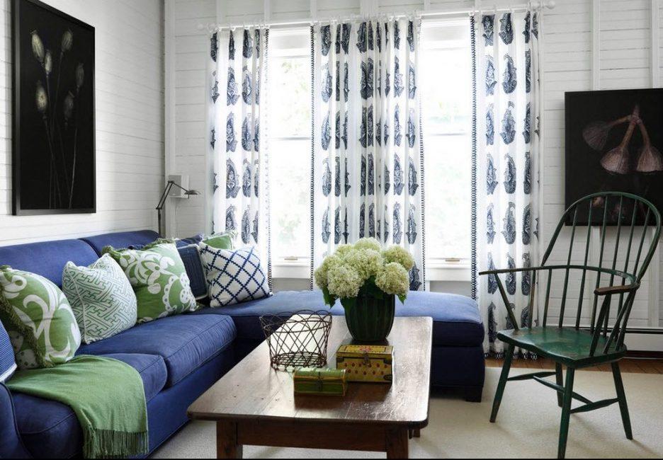 Синий диван идеально вписывается в такие стили, как классика и современные разновидности