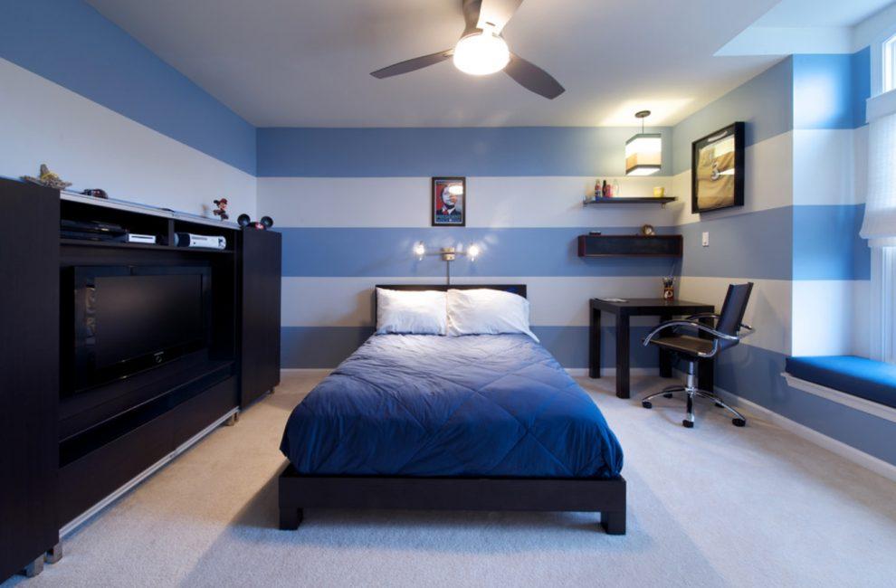 Хорошо будет смотреться насыщенная кровать на фоне пастельных тонов обоев