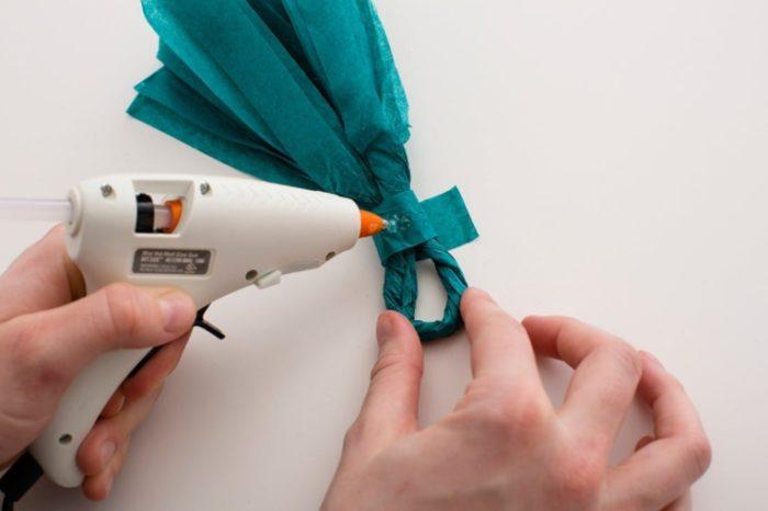 Зафиксируйте кисточку дополнительно полоской бумаги и клеем