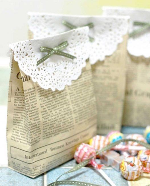 Подарочный пакет можно украсить кружевной салфеткой - это сделает ее более праздничной