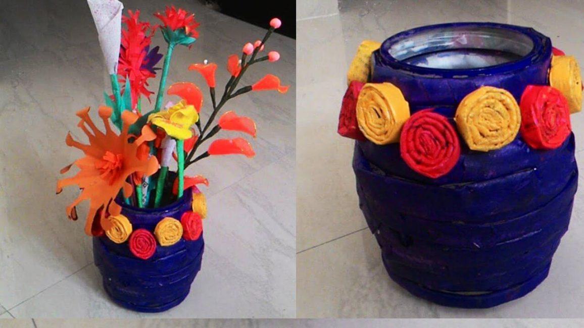 Синяя ваза, украшенная цветами, украсит ваш комод