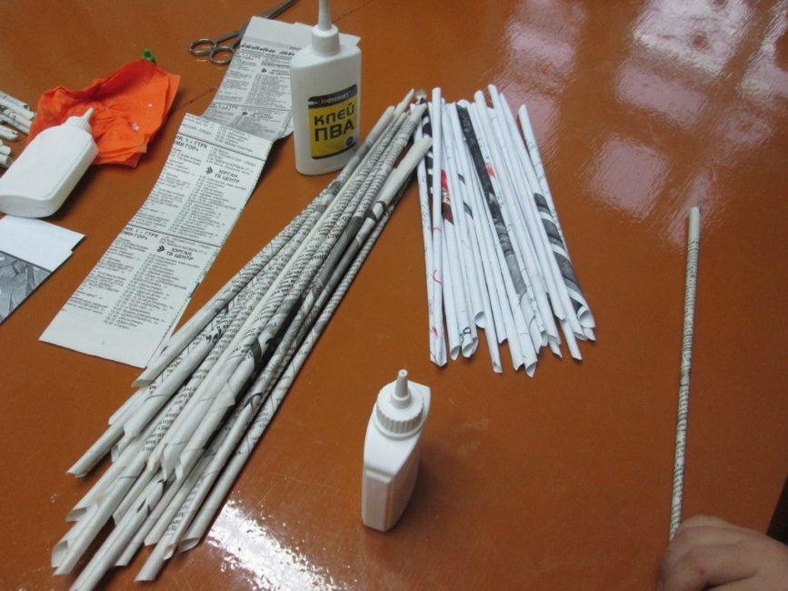 Удобнее всего сворачивать листы бумаги наматывая их на карандаш